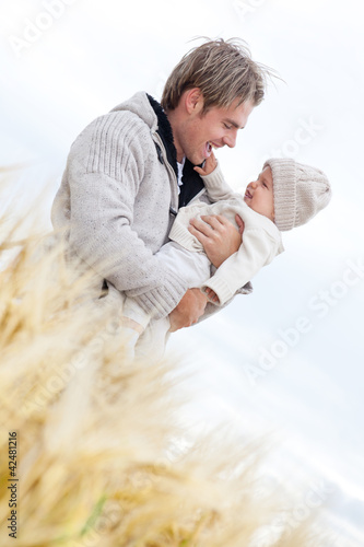 vater im feld mit baby