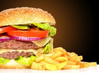 Detalle de menú de hamburguesa y patatas.