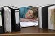 Sekretärin schläft hinter ihren Akten