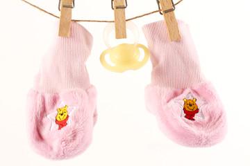 Babysöckchen und Schnuller an Wäscheleine ©yvonneweis