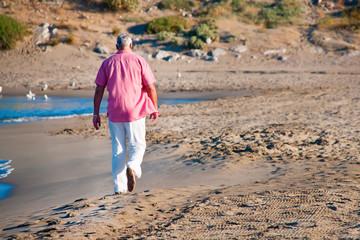 Hombre camiando por la playa