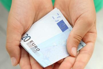 mani con banconota da 20 euro
