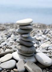 Пирамида из пляжной гальки  - Концепция равновесия, мир баланса