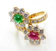 Golden Ring avec diamants et pierres précieuses sur fond blanc.