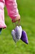 3 Herzen in einer Kinderhand