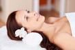 lächelnde frau entspannt bei der massage