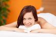 entspannt lächelnde frau bei der massage