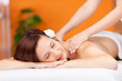 attraktive frau entspannt bei einer massage