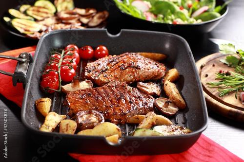 wysmienity-stek-wolowy-z-grillowanym-warzywem