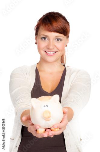 junge frau zeigt stolz ihr sparschwein