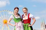 Junge Frauen in Dirndl in Bayern auf Volksfest
