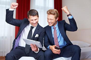 Jubelndes Business-Team im Hotel