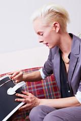 Frau öffnet Koffer im Hotel