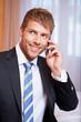 Geschäftsman telefoniert mit Smartphone
