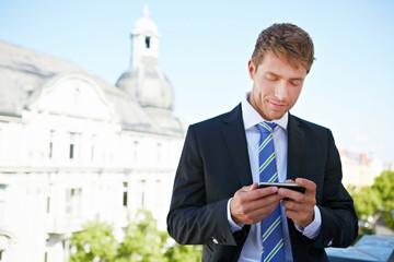 Geschäftsmann schaut auf Touchscreen