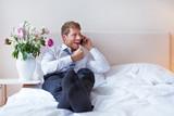 Geschäftsmann jubelt beim Telefonieren