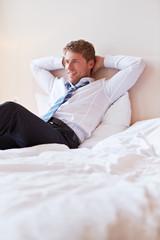 Entspannter Manager lehnt sich zurück