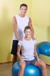 Detaily fotografie Mann und Frau im Fitnesscenter