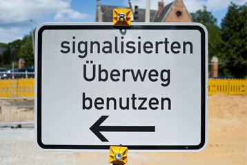 Verkehrszeichen - signalisierten Überweg benutzen