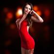 brünette Frau in rotem Minikleid