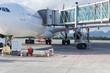 avion et passerelle d'embarquement