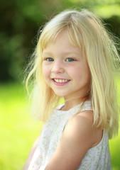 Portrait kleines Mädchen draussen