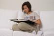 Ragazza con libro sul divano