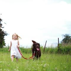 Mädchen geht mit Hund spazieren