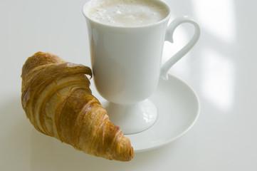 Milchkaffee mit Croissant