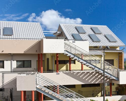 panneaux chauffe-eau solaire sur toiture immeuble