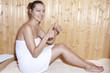 Frau in Sauna mit ausgestreckten Daumen
