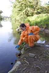 Experte analysiert Wasser