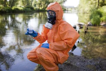 Experte analysiert radioaktives Wasser