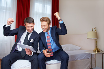 Zwei Geschäftsleute mit Tablet Computer jubeln