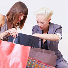 Zwei Frauen schauen in Einkaufstüten
