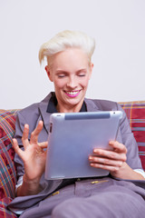 Frau am Tablet Computer mit Touchscreen