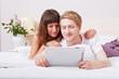 Paar schaut Videos mit Tablet Computer