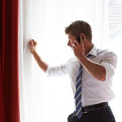 Geschäftsmann im Stress telefoniert