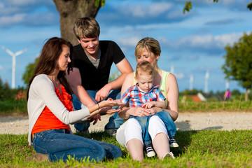 Familie - Großmutter, Mutter, Vater und Kinder