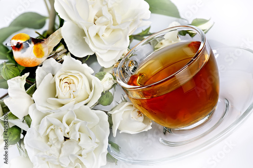 Tè caldo con rose bianche - tea and bouquet