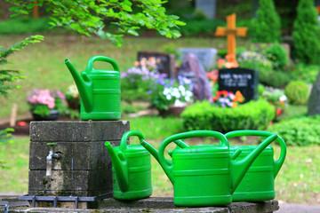 Giesskanne, Wasserbehälter,Friedhof,Grabpflege
