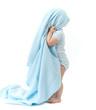Kind mit blauer Decke