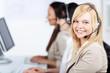 lächelnde frau arbeitet im call-center