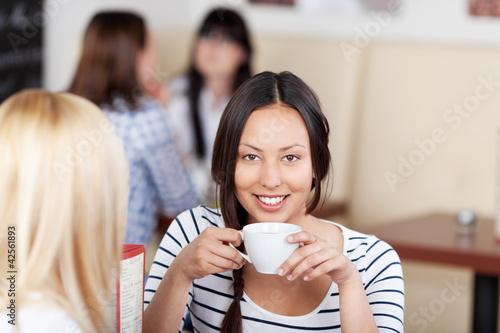 lächelnde junge frau im café