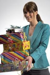 Junge Frau mit vielen Geschenken