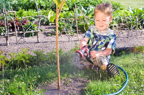 Kleiner Junge bei der Gartenarbeit, Gießne
