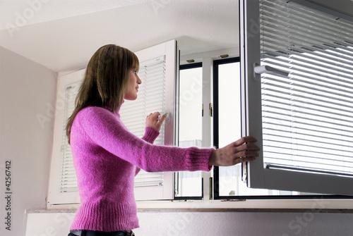 canvas print picture Frau öffnet ein Fenster