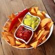 Tortilla Chips mit Guacamole und Salsa dip