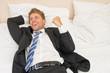 erfolgreicher Mann liegt im Bett