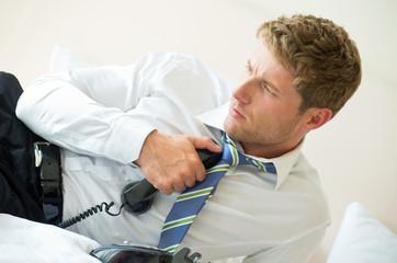 Mann hält sich Telefonhörer an die Brust